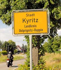 Stadtgrenze / Ortsschild Stadt Kyritz, Landkreis Ostprignitz-Ruppin - Bäume und Motorrad.