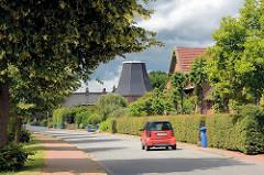 Dorfstrasse in Seestermühe - im Hintergrund das Dach der ehem. Windmühle der Gemeinde.