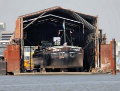 Werftgebäude Billwerder Bucht, Hamburg Moorfleet - Binnenschiff  Andrea im Dock.