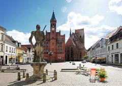 Rolandstatue, Rathaus und St. Jakobi Kirche / Kirchplatz in Perleberg, Brandenburg