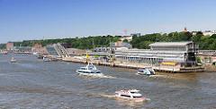 Elbufer in Hamburg Altona Altstadt - Elbfähren und Ausflugsschiffe auf der Elbe; moderne Bürohäuser und Kreuzfahrtterminal Altona.