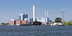Blick über den Holzhafen in Hamburg Moorfleet - Werftanlagen und Heizkraftwerk Tiefstack in Hamburg Billbrook.