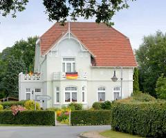 Weisse Gründerzeitvilla mit Fassadendekor - Wohnhaus in Seestermühe.