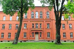 Backsteinarchitektur der Gründerzeit - Schulgebäude; Gymnasium Friedrich Ludwig Jahn an der Perleberger Strasse in Kyritz.
