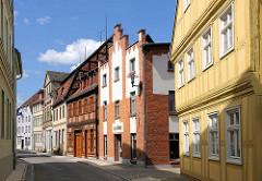 Historische Architektur - unterschiedliche Baustile; Fachwerkhäuser und Klinkerfassade.