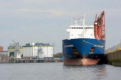 Kuhwerder Hafen im Hamburger Hafen - ein Frachtschiff liegt als Auflieger am Kai - im Hintergrund eine Getreidemühle.