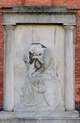 Sogen. Kriegerdenkmal vor der Stadtpfarrkirche in Kyritz, Brandenburg.