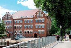 Ziegelhofbrücke über die Stepenitz in Perleberg - historische Backsteinarchitektur - Rolandschule erbaut 1912.