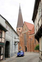 Blick durch die Schmiedestrasse zur Marienkirche in Salzwedel.