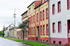 Wohnhäuser mit unterschiedlicher Fassadengestaltung in der Poststrasse von Kyritz.