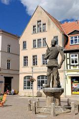 Perleberger Roland; Ersterwähnung 1498  - im Hintergrund die alte Bibliothek der Stadt.