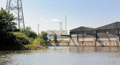 Blick aus dem Industriekanal in den Tidekanal - Lagerhäuser an der Kaimauer; im Hintergrund das Heizkraftwerk Tiefstack.