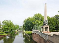 Blick zum Stadtkanal / Schleuse in Brandenburg an der Havel - re. das sowjetische Ehrenmal; 10 m hoher Obelisk mit Bronzefiguren.