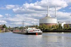 Ein Binnenschiff in Fahrt in der Billwerder Bucht in Hamburg Rothenburgsort zur Schleuse Tiefstack - re. ein Ausschnitt vom Heizkraftwerk Tiefstack / Billbrook.