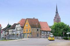 Fachwerkhäuser am Eldeufer in Grabow - Kirchturm der St. Georgkirche.