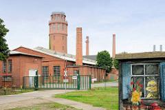 Historische Industriearchitektur - Schornsteine und Wasserturm in Kirchmöser, Brandenburg an der Havel.