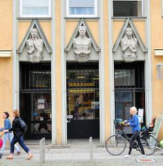 Expressionistische Fassadendekoration / historisches Verwaltungsgebäude in Brandenburg an der Havel - Sinnbild für Licht, Kraft und Wärme.