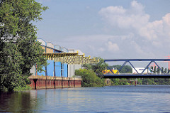 Lagergebäude mit Krananlage - Autobrücke der Moofleeter Strasse über den Tidekanal in Hamburg Billbrook.