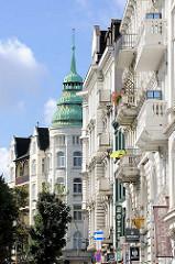 Gründerzeitfassaden / Etagenhäuser; Balkons und Erkerturm mit Kupferdach - Architektur im Hamburger Stadtteil Sternschanze.