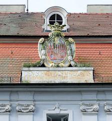 Historisches Wappen der alten und der neuen Stadt Brandenburg an der Havel, Jahreszahl 1796 / Standesamt Katharinenplatz - Inschrift DEN SÖHNEN DES VATERLANDES, DIE SICH DEN WISSENSCHAFTEN, DIE SICH DEN KÜNSTEN WEIHEN.