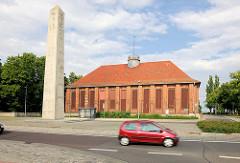 Obelisk und Backsteinarchitektur der ehem. Pulverfabrik in Kirchmöser / Brandburg an der Havel.