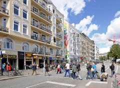 Gründerzeitarchitektur an der Schanzenstrasse in Hamburg Sternschanze, Fussgängerüberweg / Ampel.