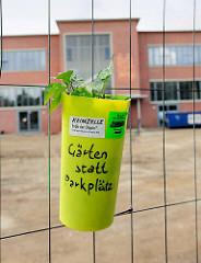 Plastiktopf am Bauzaun an der alten Rindermarkthalle in Hamburg St. Pauli - Gärten statt Parkplätze.