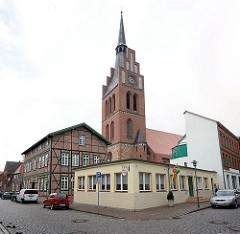 Kirche St. Georg in Grabow; gotischer Backsteinbau. Historisches Fachwerkgebäude - einfache Gewerbearchitektur, Eisdiele.