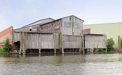 Mit Holz verkleidete Löschanlage am Ufer der Bille in Hamburg Billbrook - die Schiffe konnten in die Löschanlage einfahren und so die Ladung im Trockenen gelöscht werden.