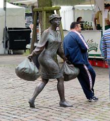 Bronzeskulptur Hausfrau mit Einkaufstaschen - Hamburg Billstedt, Bildstedt Center - Möllner Landstrasse.