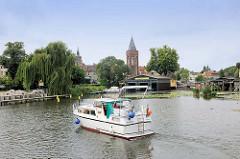 Blick über den Stadtkanal von Brandenburg an der Havel  zum Dom Peter und Paul und den Mühlentorturm.