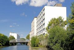 Südkanal in Hamburg Hammerbrook - mehrstöckige Wohnhäuser; im Hintergrund die Strassenbrücke vom Ausschläger Weg.