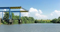 Ende des Moorfleeter Kanals in Hamburg Billbrook, blauer Himmel - weisse Wolken.