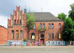 Leerstehendes Backsteingebäude am ehem. Kasernengelände der Kürassierkaserne in Brandenburg an der Havel - junge Bäume wachsen aus dem Gemäuer.