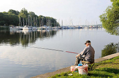 Angler am frühen Morgen an der Havel - Plaue / Brandenburg a. d. Havel - im Hintergrund Marina mit Segelbooten / Margaretenhof.