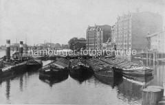 Historische Aufnahme von den Speichern in der Billwerder Bucht in Hamburg Rothenburgsort - Binnenschiffe und Schlepper liegen am Ufer.