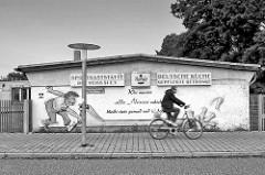 Fassadenmalerei, Wandgestaltung - Sportgaststätte in Brandenburg a. d. Havel; Wer munter alle Neune schiebt bleibt stets gesund und ist beliebt / Deutsche Küche - gepflegte Getränke.