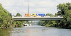 Fotos aus Hamburg Billbrook - Blick vom Billbrookkanal auf die Wöhlerbrücke - Pkw und Lastwagen auf der Wöhlerstrasse.