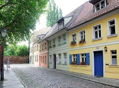 Einstöckige Wohnhäuser, Kopfsteinpflaster - historische Architektur in Brandenburg an der Havel.