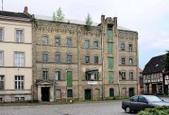 Historische Industriearchitektur - Speichergebäude mit gelber Klinkerfassade - Stadt Grabow.