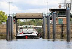 Das Binnenschiff Glück auf fährt in die Schleuse Tiefstack in Hamburg Rothenburgsort / Billbrook - die Schleusensignale zeigen Grün.