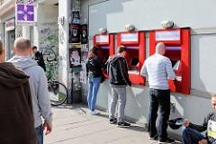 Schlange an den Geldautomaten am Schulterblatt, Stadtteil Sternschanze.