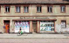 Leerstehendes Gewerbegebäude mit vernagelten Schaufenstern / Werbeplakate - Klempnermeister; Archtiektur in Brandenburg an der Havel.
