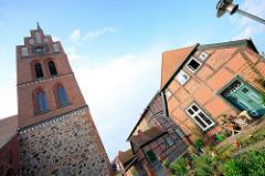 Kirchturm der St. Georgkirche in Grabow - Pastorat, Fachwerkhaus.