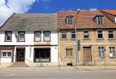 Restauriertes Gebäude mit Laden / leerstehendes, verfallenes Gebäude in Pritzwalk, Grünstrasse - Neu + Alt.