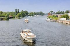 Sportboote auf der Brandenburger Niederhavel in der Stadt Brandenburg.