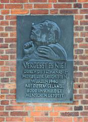 Erinnerungstafel an der Gedenkstätte in Brandenburg an der Havel - Inschrift: Vergesst es nie! Durch die Euthanasie- Morde der Faschisten wurden 1940 auf diesem Gelände 8000 unschuldige Menschen getötet.