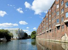 Backsteinarchitektur - Wohnhäuser der 1920er Jahre am Ufer vom Mittelkanal in Hamburg Hamm.