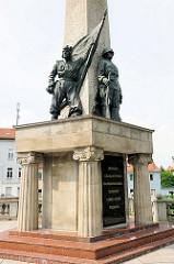 Sowjetische Ehrenmal in Brandenburg an der Havel; 10 m hoher Obelisk mit Bronzefiguren.