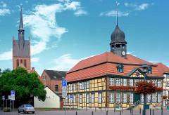 Rathaus von Grabow - erbaut 1727; zweigeschossiger Fachwerkbau im Stil des Barock; Rathausturm - Amtsbaumeister Christian Reichel -  Kirchturm der St. Georgkirche.